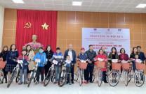 Hội DNT Quảng Ninh và Hội Ceo 1982 trao quà cho các hộ nghèo và các cháu học sinh mồ côi